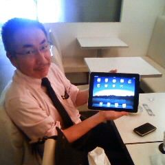 photo of Kentaro UONO with iPad