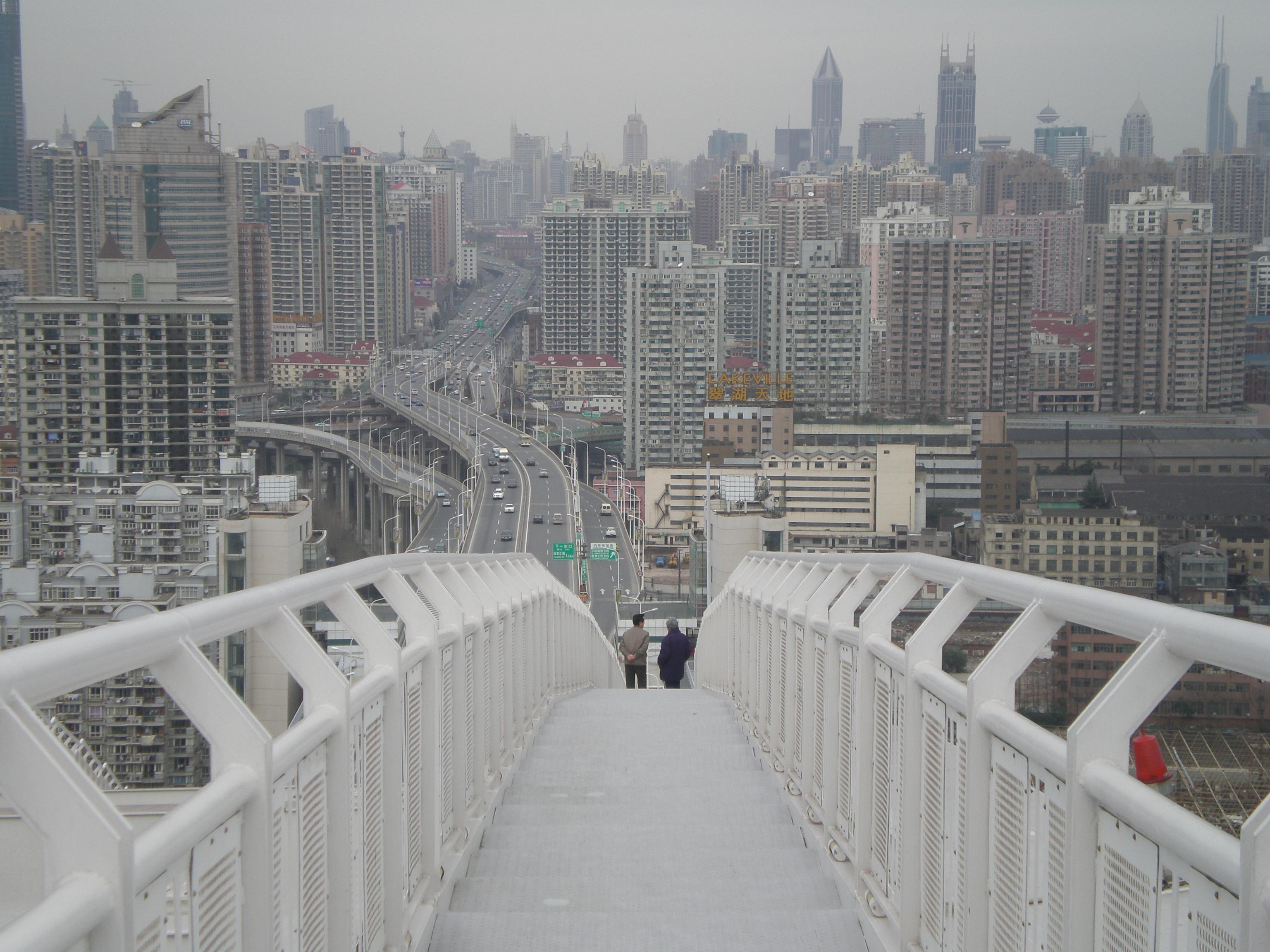 上海万博海上予定地近くの橋から上海の街を見る