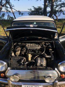 エンジンルームを乾燥中の Rover Mini 1.3i